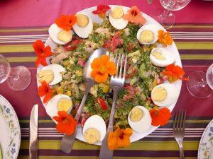 des fleurs dans les assiettes