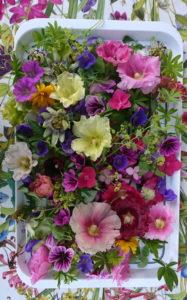 plateau de fleurs sur nappe fleurie